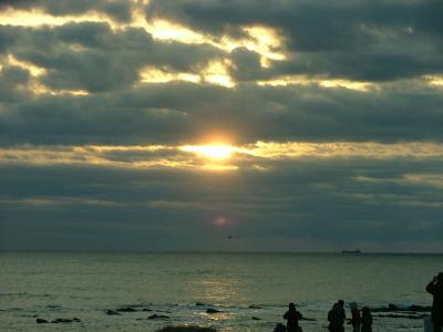 犬吠崎初日の出 凪ぐ海の舟に初日の届きけり