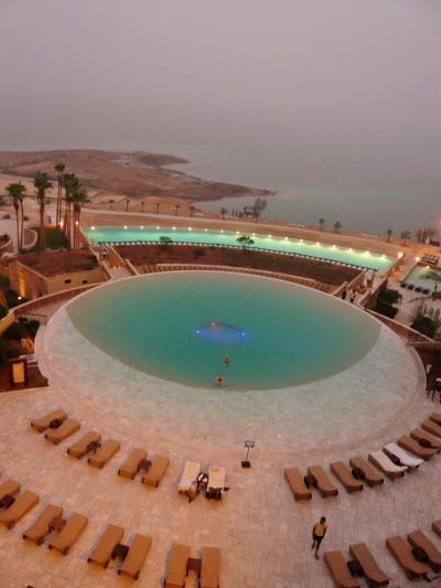 ヨルダンの豪華死海リゾートで真黒な泥パック。おかけでお肌はしっとり、つーるつる。気持ち悪いけどこれは効く!
