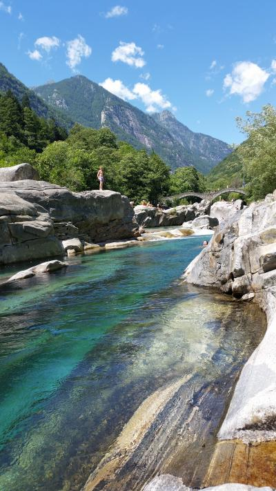 2014年7月スイス-6 絵ハガキのような青い清流と少年の勇姿 in ヴェルザスカ渓谷