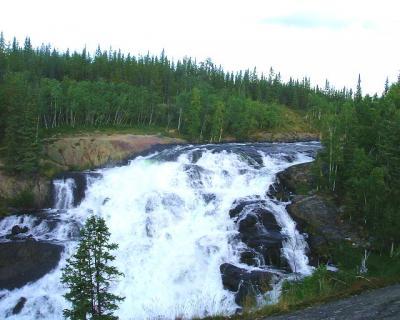 カナダ三大自然周遊③イエローナイフのキャメロンの滝ハイキング