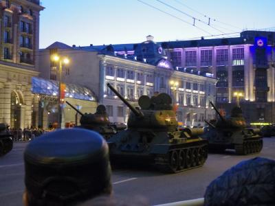 父親と幼児の2人で70周年戦勝パレード見学、など 【1日目:トヴェルスカヤ通りで戦車を見る】