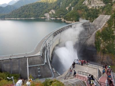 迫力満点 黒部ダムの放水と白川郷の旅