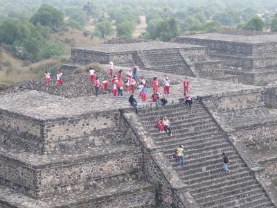 2015 メキシコシティーで15時間のトランジット テオティワカン遺跡で太陽と月のピラミッド 洞窟のレストランで昼食