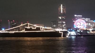 横浜港をディナークルーズ船で巡る、「いずも」と横浜港の夜景
