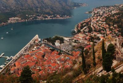 中欧縦断5 モンテネグロはコトルの山頂から。ジグザグの階段を登り、三角の城塞都市を望む
