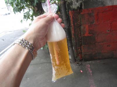 ビニール袋でビール、マニラ