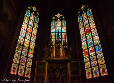 百塔の街プラハ滞在記(4) 精緻で色鮮やかなガラス絵に囲まれた聖なる空間、聖ヴィート大聖堂