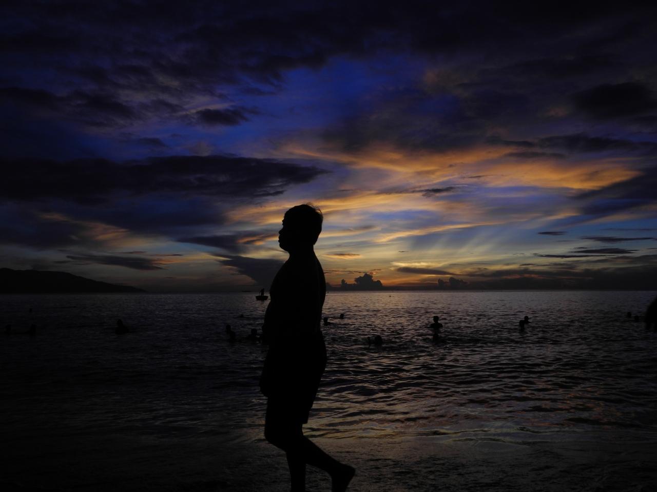 ベトナムダナンで早朝海水浴 地元民と戯...