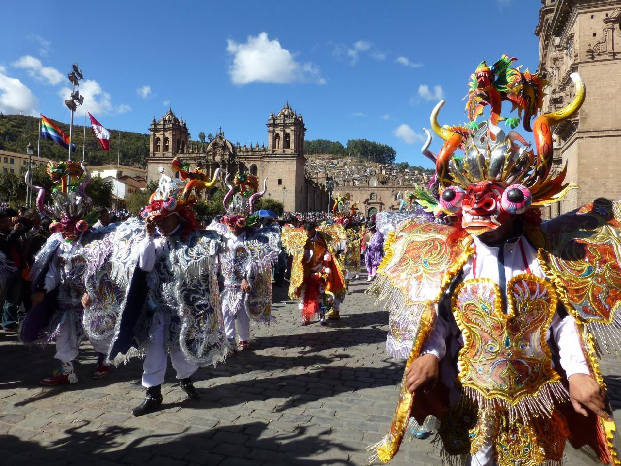 賑やかなカーニバルで盛りあがるクスコの街