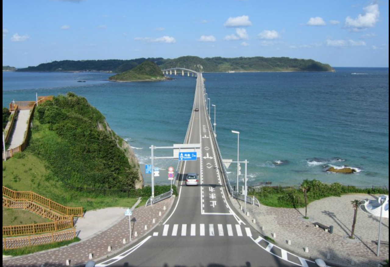 角島は山口県の北西の日本海に浮かぶ小さな島で角島大橋