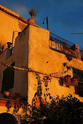 オルティジア島の石造りの建物を照らす夕日の金色がどんどん濃くなっていく。