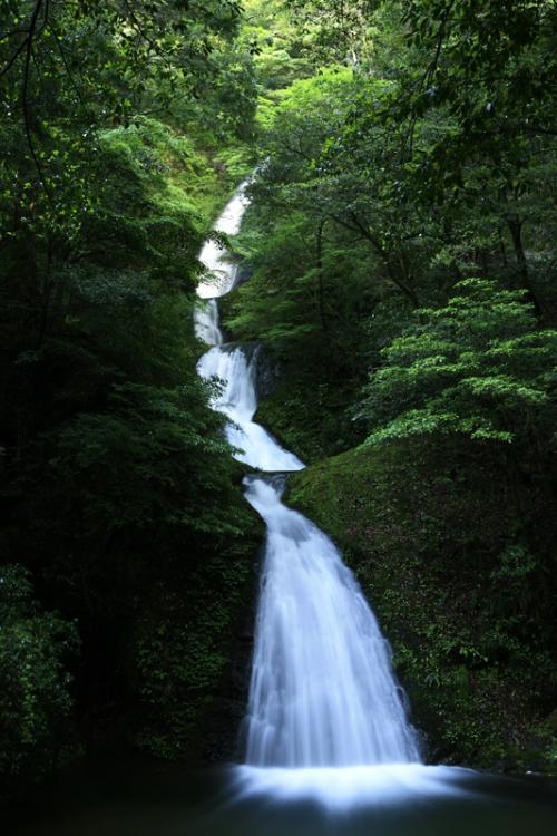 『日本の滝百選』、雨上がり、阿寺の七滝。子宝の子抱き観音と甌穴を抱える滝。/愛知県新城市(しんしろし)下吉田 阿寺七滝