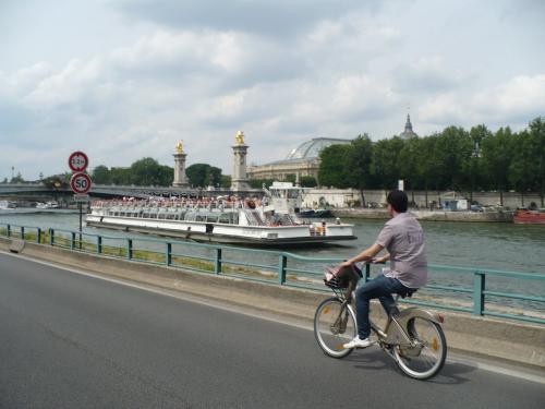 自転車「ヴェリブ」で巡るパリ ...