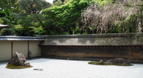 石庭を囲んでいる土塀
