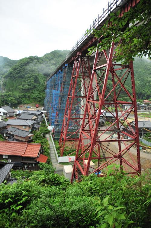 雨の余部橋梁