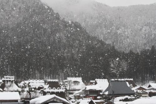 京都「美山」 の雪灯籠・ 雪が降り積もったかやぶき屋根をライトアップ