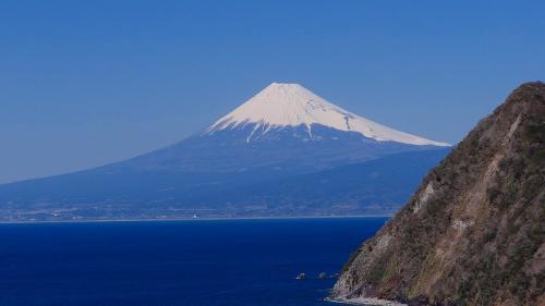煌めきの丘から見た駿河湾越しの富士山。