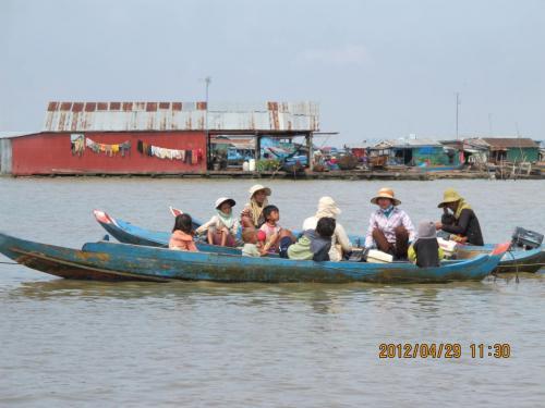 たくさんの子供たちが船で移動 ...