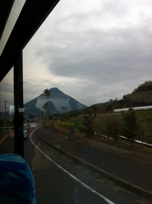 九州④  桜島  時雨るるや黒酢畑に壷の列