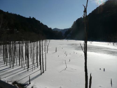 雪景色の木曽路をドライブ