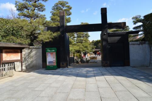 広島 「城跡の巨石の下の草青む」
