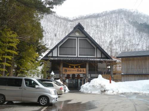雪の上に、ほの灯(あか)り揺らめいて・・・湯西川温泉「かまくら祭」