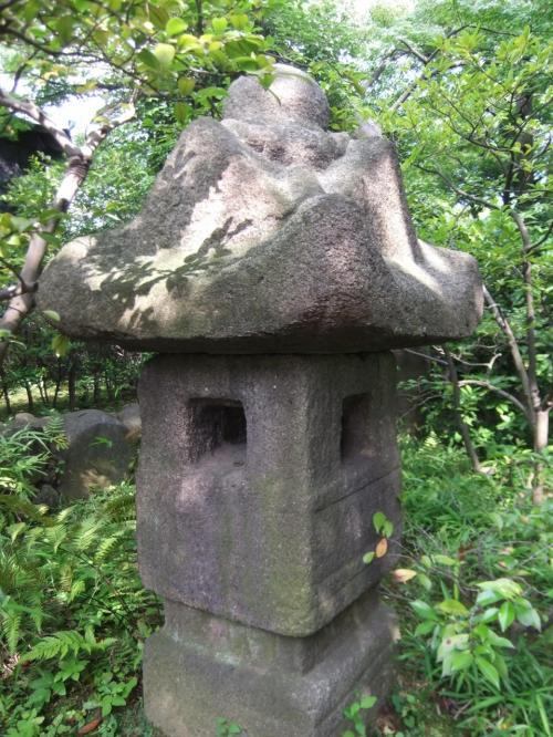 石仏・石塔・灯篭の根津美術館の庭散策