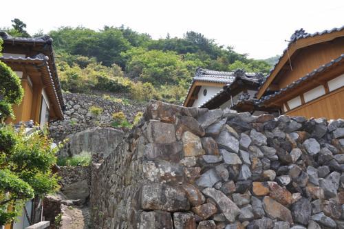 石垣の里と静かな海。平和そのものに見えましたが・・・《愛媛県・外泊集落》