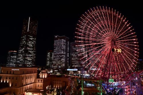 横濱赤レンガ倉庫のイルミネーションとみなとみらいの夜景