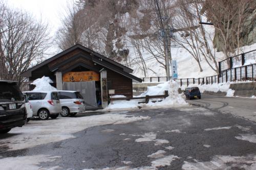 秘境温泉めぐりは信州高山「滝の湯温泉」紅葉で有名だが雪の中です。