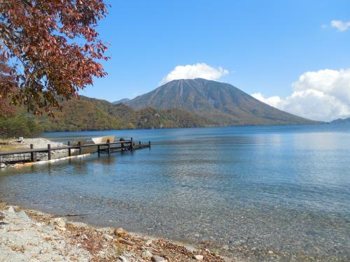 秋の中禅寺湖南岸ハイキング(水辺の紅葉を満喫)