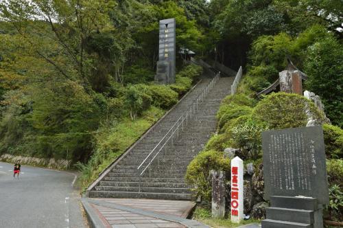 熊本県には日本一の石段がある。釈迦院御坂遊歩道。なんと3333石段で地獄の超きつい石段であるが、登った先には絶景が待っていたのだが。。。しかし、更にその先、釈迦院までなんと表参道を1.1キロ歩くと言う、まさに天国と地獄の場所でした。