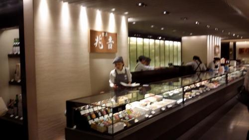 桜の花見に行けず気分だけでもと思い、期間限定の「東京 吉兆の観桜弁当」を予約して自宅で食べました。(^-^)/