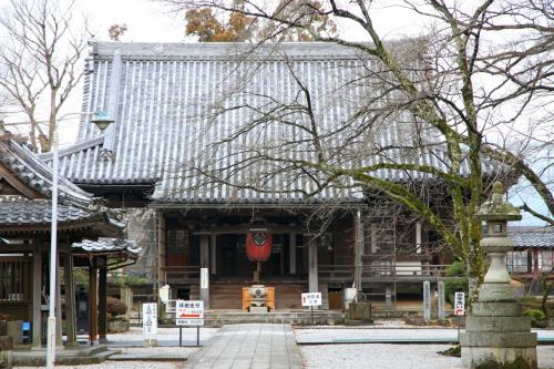 向源寺(渡岸寺観音堂)の十一面観音立像を拝観、それから石道寺、鶏足寺へと参拝。長浜市の盆梅展へも行きました。