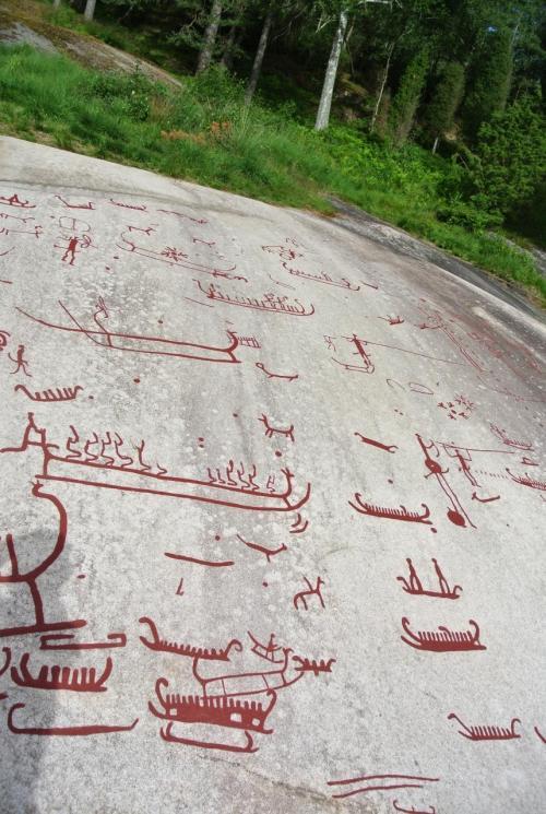 大網を使って、他の船と協力して漁をする様子も見ら... ターヌムの岩絵群青銅器時代の古代の岩絵が