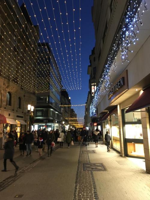 ヨーロッパ クリスマスマーケット巡り ( 3 ) ルクセンブルグの旧市街地には通りに面したATMが少なかった。