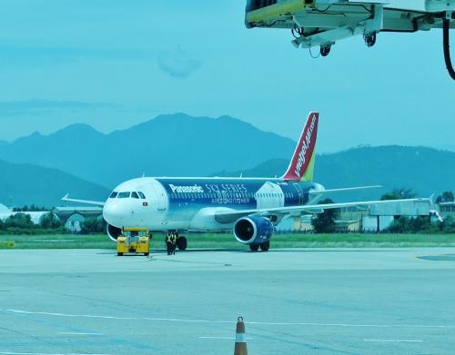 이것은 Vietjet Air 국내선 일까, <br /> 기체에 큰 파나소닉 에어컨의 광고.  <br /> 발전중인 베트남은 앞으로 에어컨이 급격하게 보급 될 것으로 보인다.