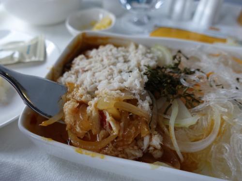 게의 몸을 풀어 볶은 것이 듬뿍 토핑 <br /> 야채와 쌀 국수가 믹스되어 <br /> 매우 맛있다.