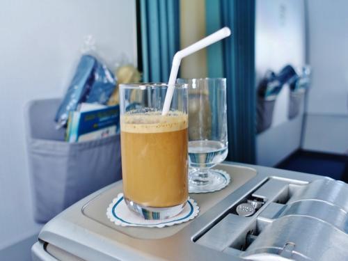 진짜인가 ~라고 기다리고 있으면, 나와 왔습니다.  <br /> <br /> 라떼를 기반으로 우유와 설탕을 특별 함유하고 ... <br /> 물론 비슷한 맛은되어 있고 ~ 서로 웃음!  <br /> <br /> 베트남 커피는 원래 콩이 다르고, <br /> 독특한 넣는 방법이 있고, 진하고 깊은 맛 이예요.