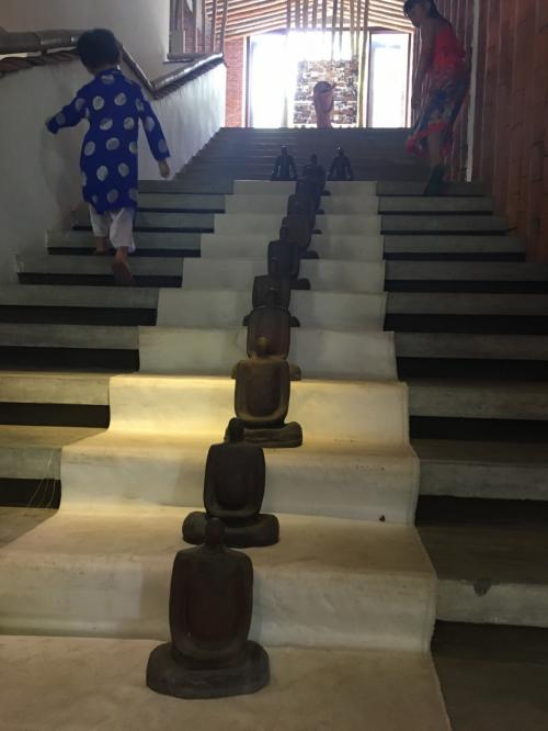 관내 다양한 점토 세공이 놓여져있어, 꽤 흥미 롭습니다.  <br /> 계단에도 디스플레이가.
