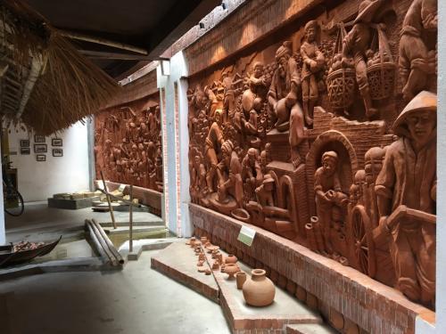 이곳은 벽 일면이 Terra Cotta 조각 벽화가 있습니다.  <br /> 대단하네요.  .  .