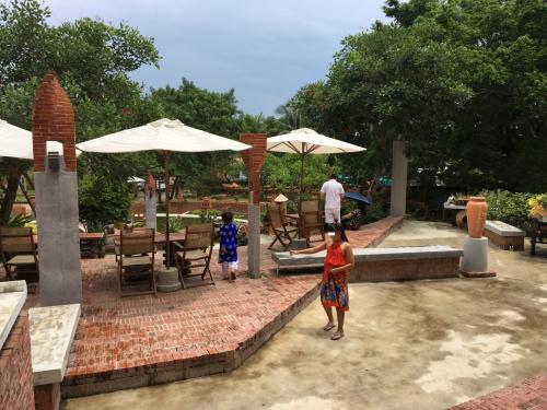 정원도 아름답습니다!  <br /> 도처에 Terra Cotta가 사용되고 있고, 깨끗한 벽돌색이 많습니다.