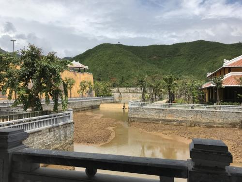 이 산기슭 쪽은 주로 중국계 건물의 분위기가 있습니다.