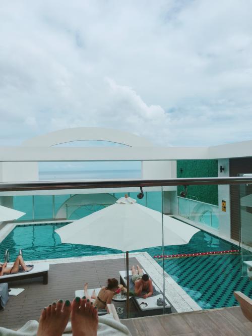 묵고있는 호텔의 수영장은 사용할 수 없기 때문에 <br /> 옆의 호텔을 사용해 좋다고 것 <br /> <br /> 수영장은 좁 습니다만 <br /> 그렇게 사람도 없기 때문에 유유히 보낼 수있었습니다 .