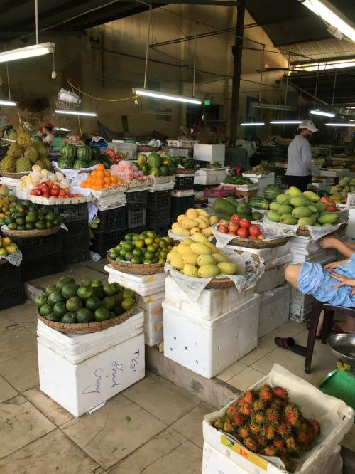 과일과 대용량 과자 계는 저렴합니다.  시장 주변에 보석 가게가 있으므로, 환전하는 데 유용합니다.  속도도 좋다.