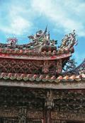 壁や柱をはじめ基礎部分は全て石で造られ、柱の上の部分は木材で組まれ、接着剤や釘を用いない木組みで構成されています。