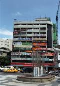 看板をよく読むと温泉の文字がありますが、駅前はそこらの町と変わりありません。この頃は中国語圏を旅していたのは香港と澳門くらいなので英語の漢字表記とかが面白くて探していました。