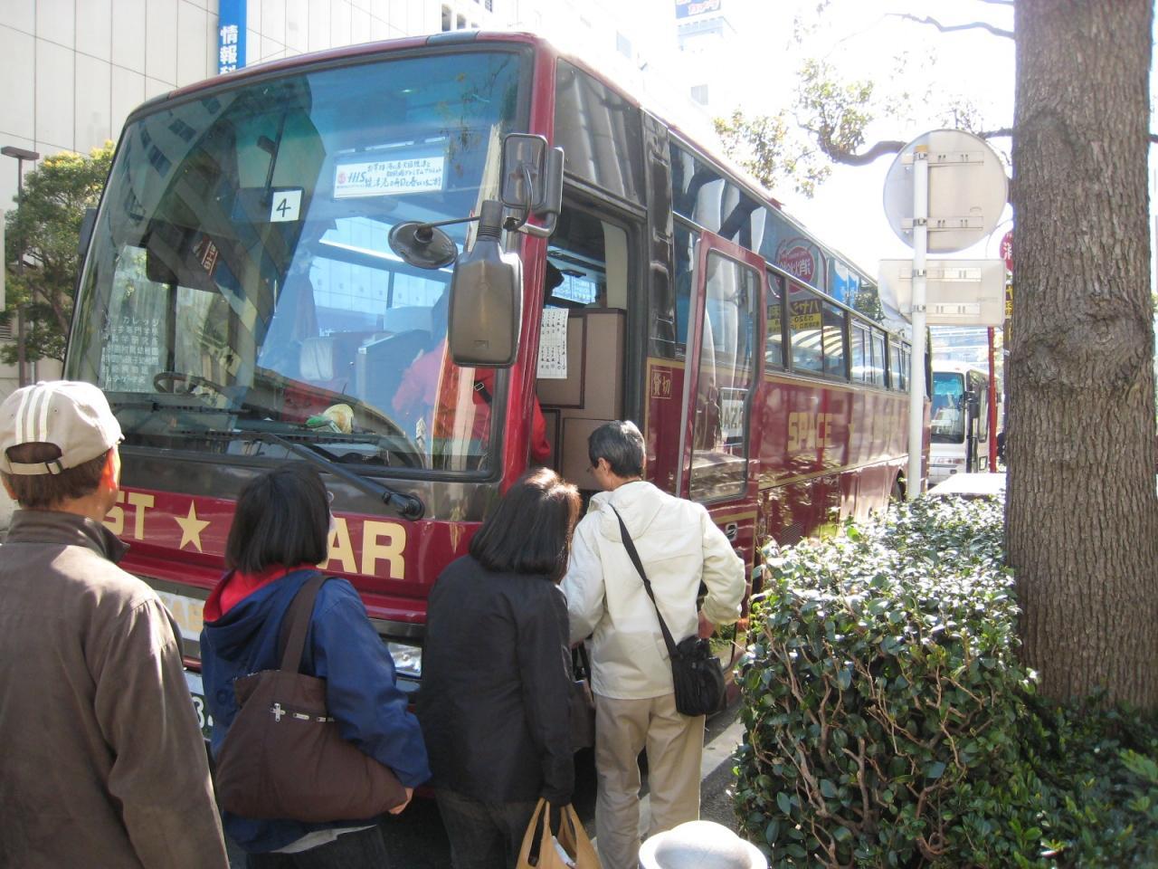 熟年好きもの夫婦 横浜からの参加者は49名。バス一台でした。 新宿出発はバス3台だったそう。 参加者はほとんどが熟年夫婦や熟年女性のお友達同士といった、まさに「おもいっきり ...