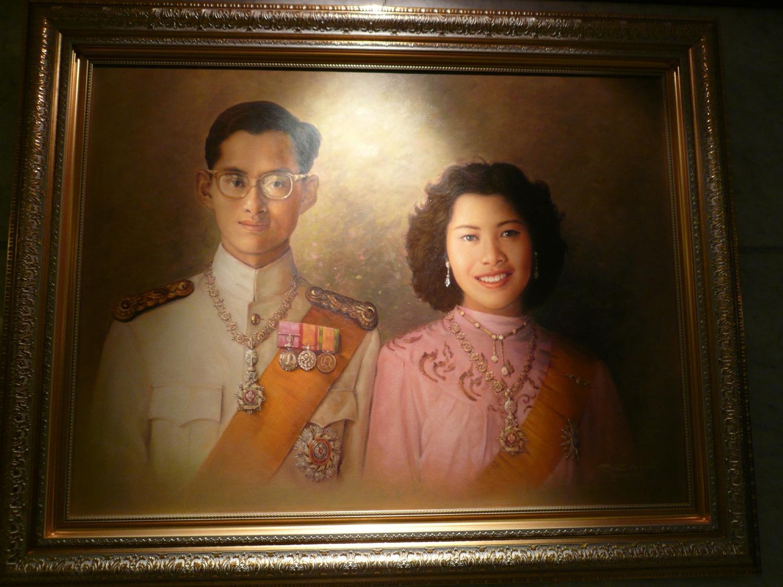 こちらは、プミポン国王夫妻の若い時なんでしょう。美男美女のご夫婦ですね。