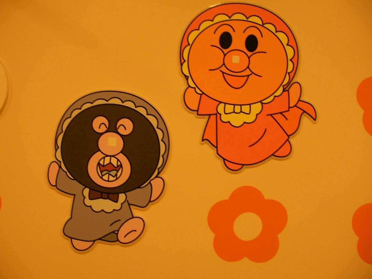 赤ちゃん時代のバイキンマンとアンパンマンもいます。